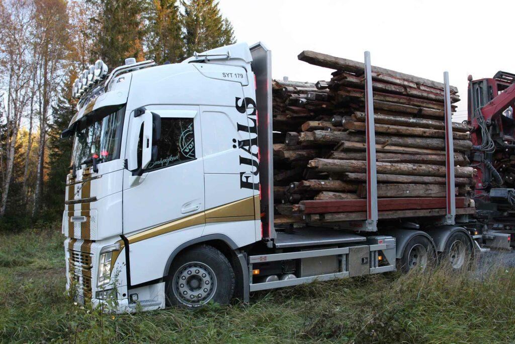 Fjäls lastbil lastat med timmer från timmerhus i Avasjö