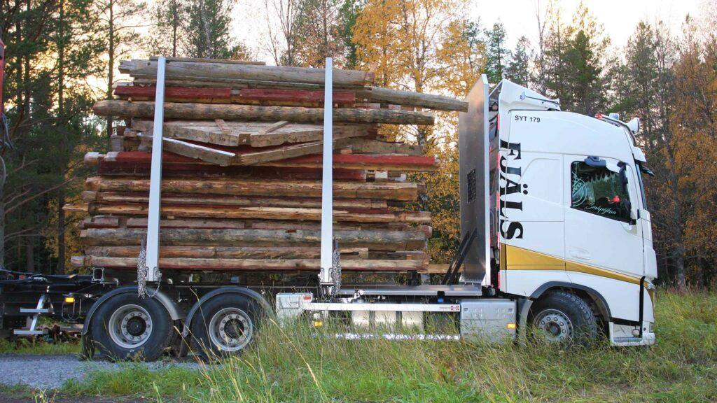 Fjäls lastbil SYT 179 lastat med timmer från timmerhus i Avasjö